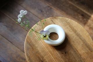 白釉環型一輪挿し